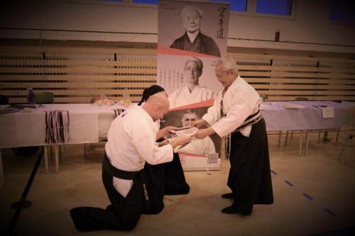 Trenéři akademie si přebírají po úspěšných zkouškách, certifikát o udělení 2. DAN, od sensei Rachmy Soebajo 9. DAN - prezident české federace Fudokan a ITKF)
